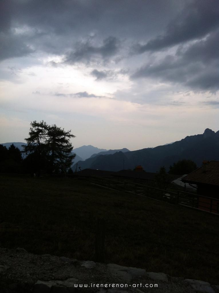 Paesaggio-blu-montagna-pioggia